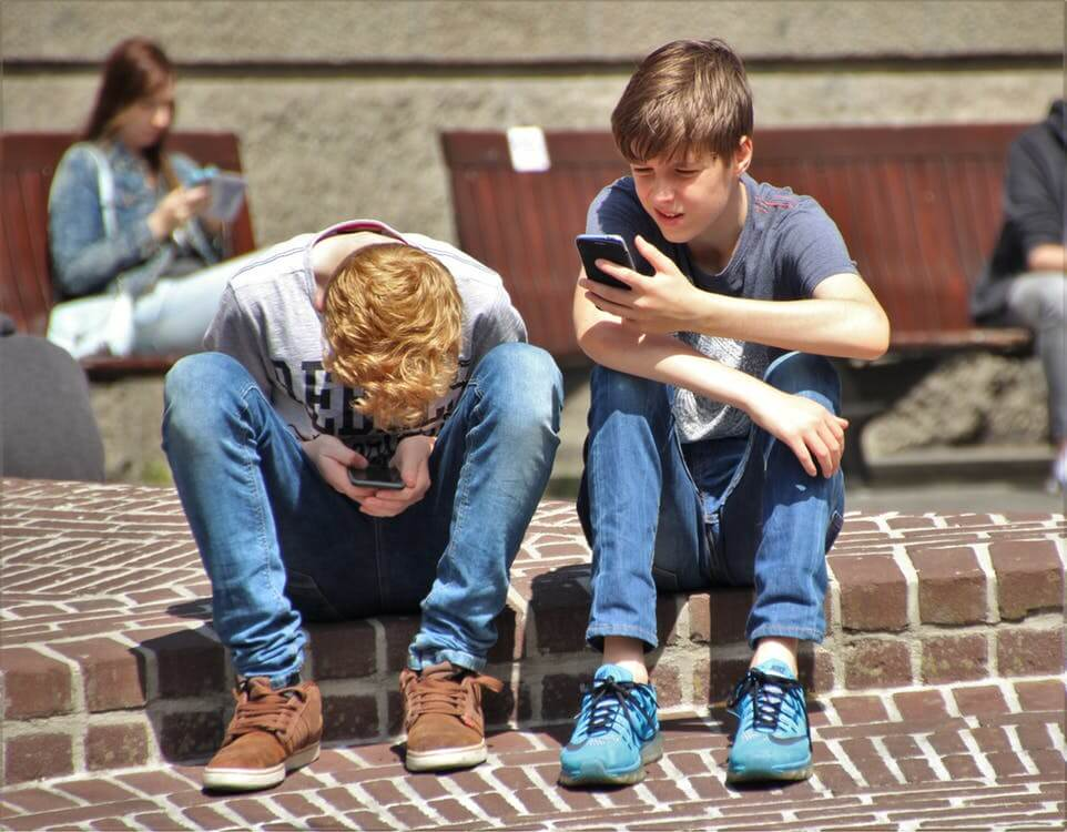 kids tweeting on phone Keyhole Twitter Analytics